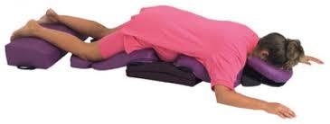 マタニティ(妊娠している女性)のボディクッション上のうつぶせの姿勢